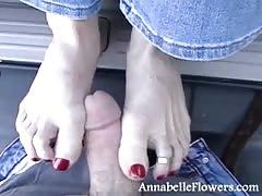 Redhead milf Annabelle Flowers is giving a good footjob
