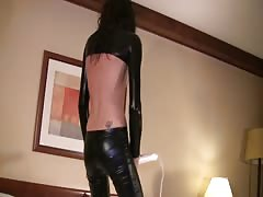 Dressed in black Dancerbating babe is trying to masturbate